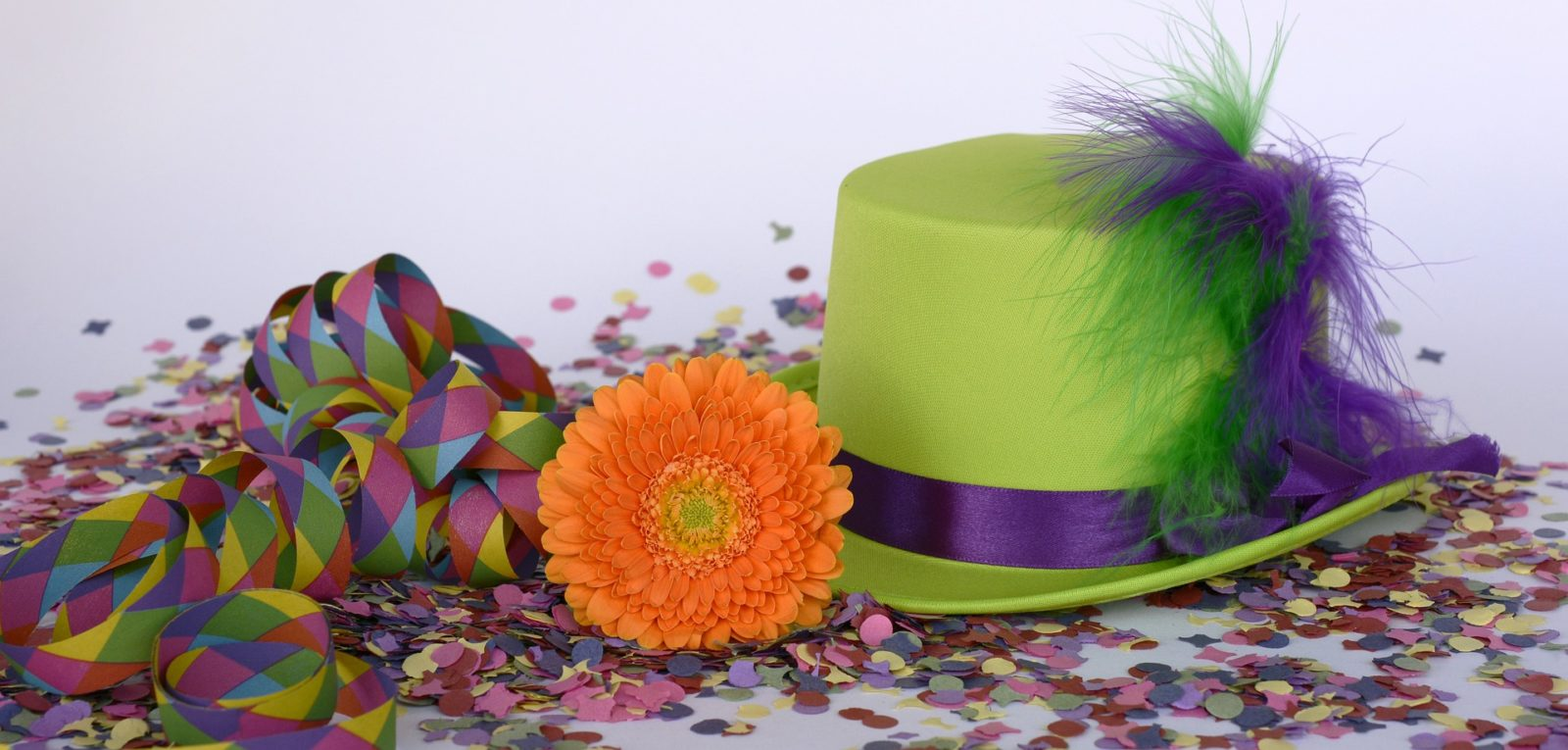 стиль карнавал, тематическая свадьба, организовать, шляпа и конфетти