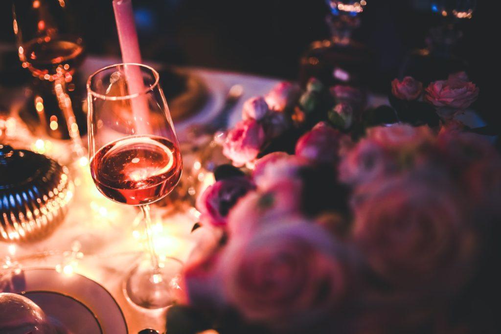 свечи горят, свечи на столе, тамада, нет света