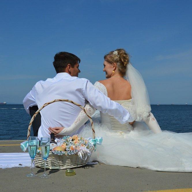 свадьба недорого, молодожены, пляж, платье невесты
