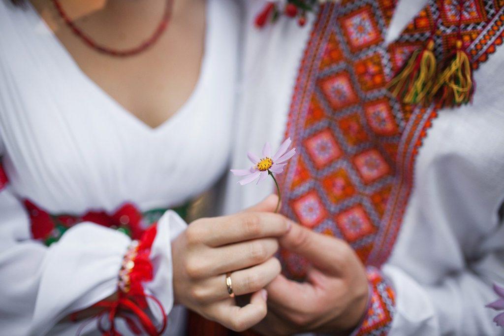 стили свадьбы, стиль рустик, молодожены с ромашкой