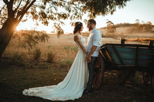 молодожены, на закате, красивое фото, свадебный фотограф