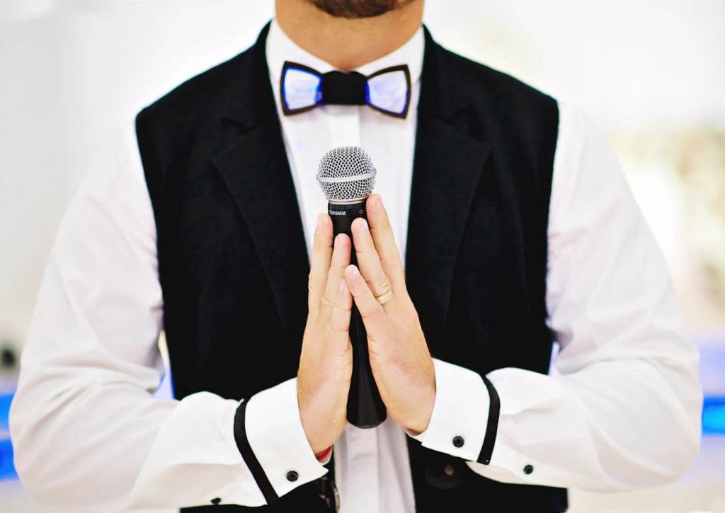 тамада ведущий, тамада н свадьбу, ведущий с микрофоном